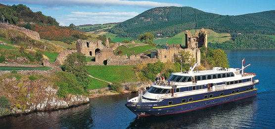 MV Lord of the Glens vor Urquhart Castle